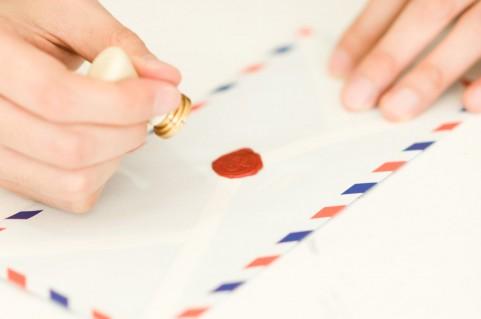 凸と凹で施す「エンボス」は 平らな紙を立体的にみせるマジック。