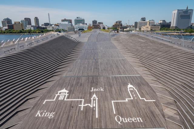 トランプに見立てた横浜港のシンボル、 横浜三塔+1