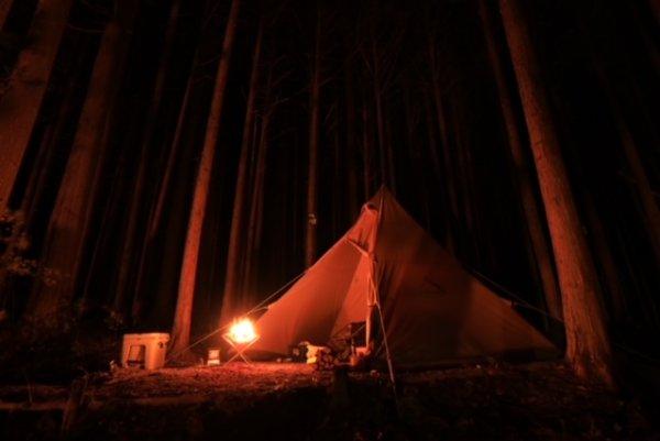 焚火に照らされているテント