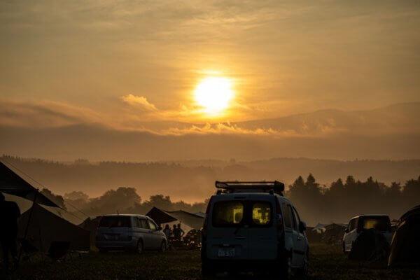 キャンプ場での朝日